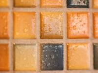 Assentamento de azulejos e peças cerâmicas em paredes