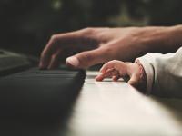 Aprendendo a tocar instrumentos musicais