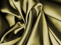 Costurando blusa de cetim