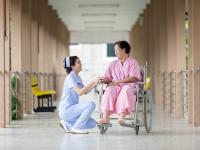 Cuidando os idosos com carinho