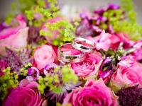 Buquês de flores e pérolas